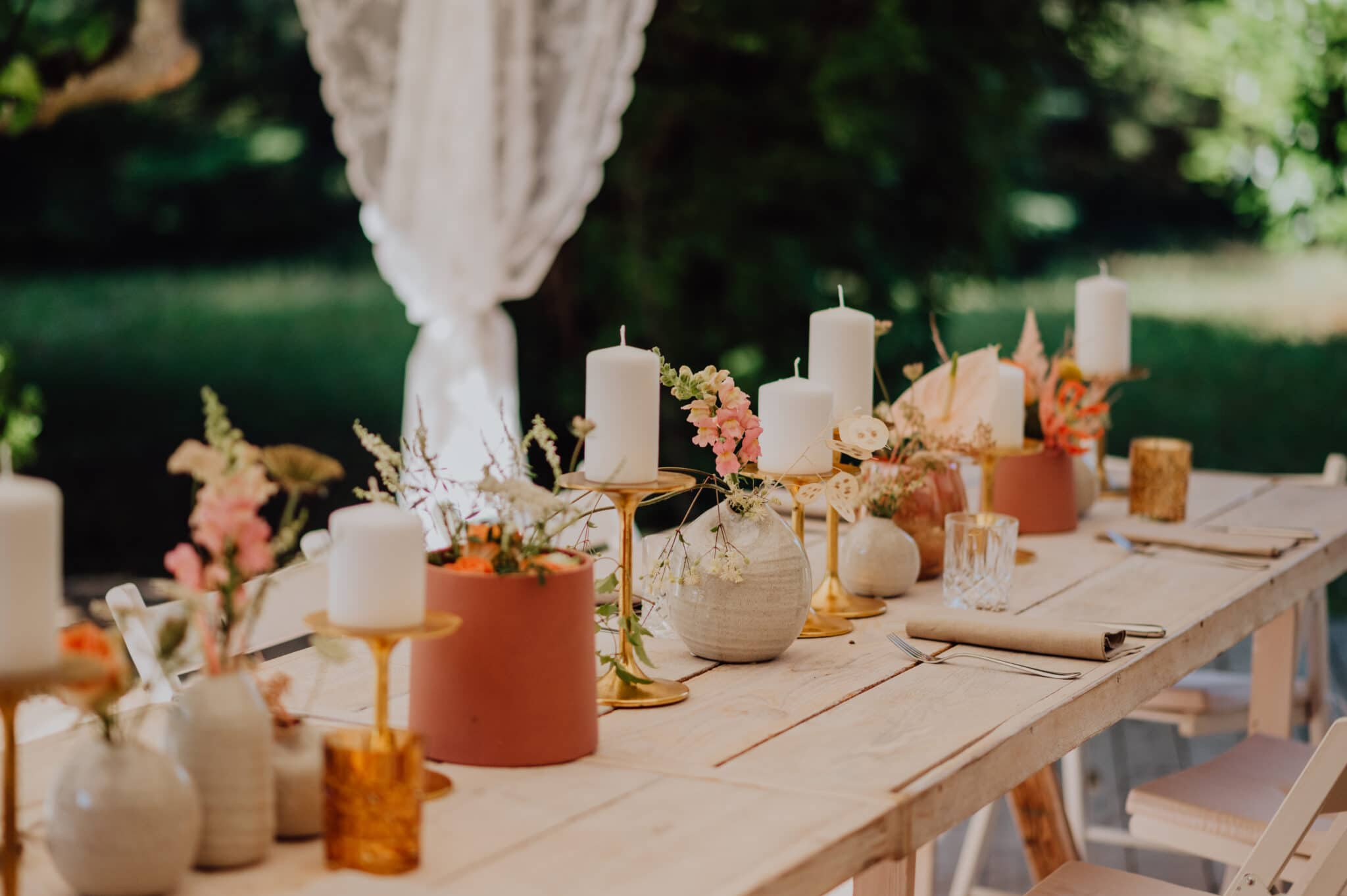 Tischdekoration für die Gartenhochzeit