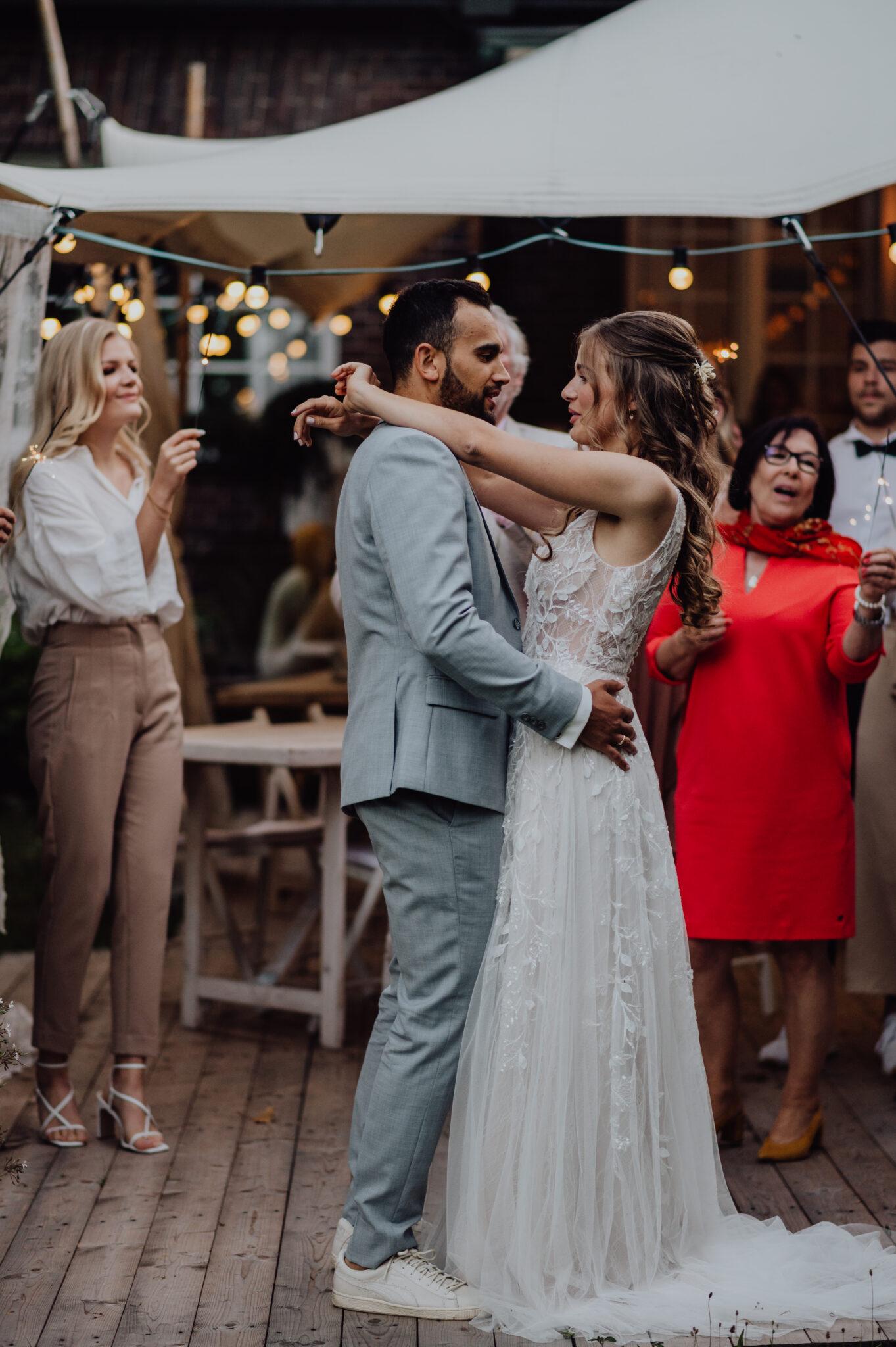 Hochzeitstanz unter Freunden