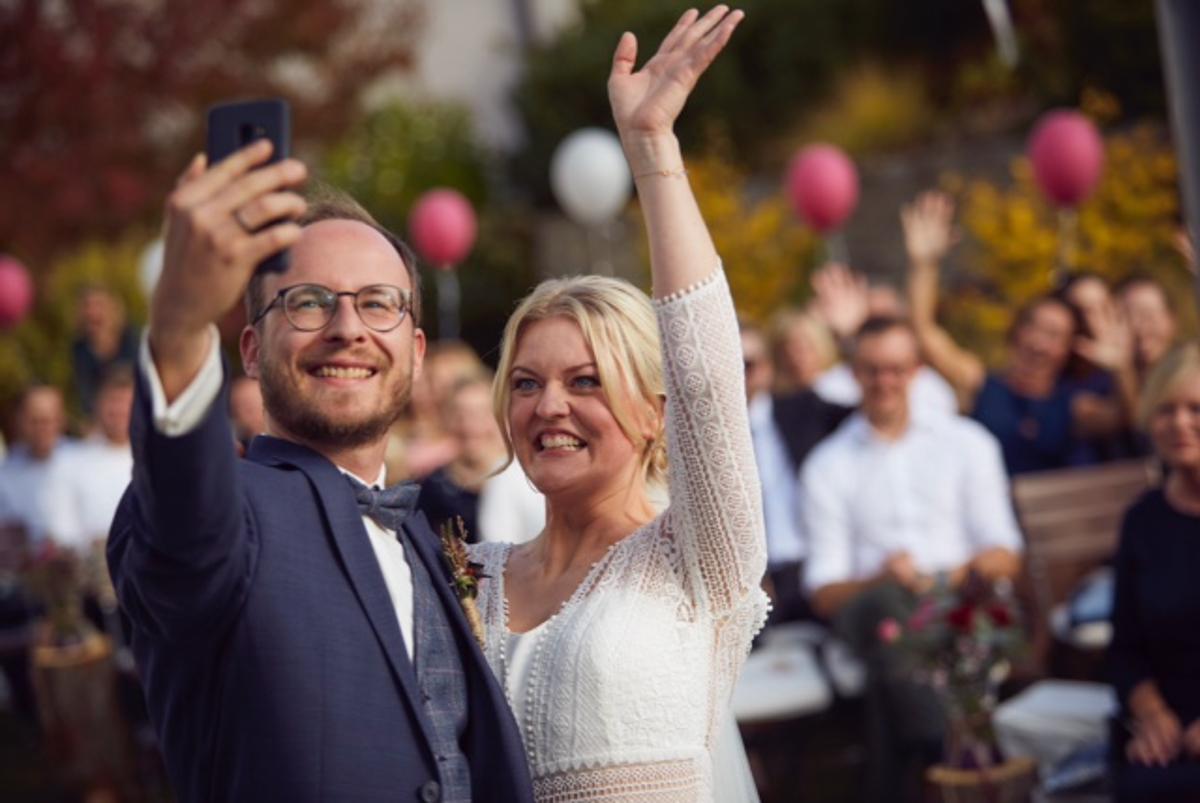 Brautpaar-Selfie während der freien Trauung