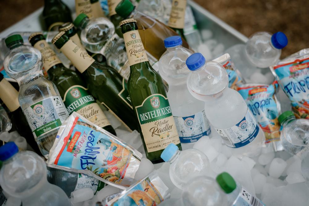 kühle Getränke für die Hochzeit im Schubkarren
